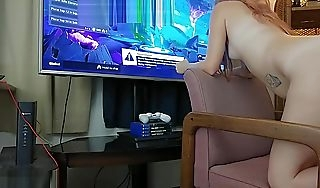 18 yo Gamer girl carryingon Fortnite Battle Royale While she gets creampied