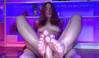 I DID Excellent FOOTJOB AND HE CUMMED ON MY FEET