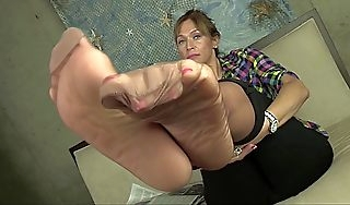 I love having you jerk off to my feet